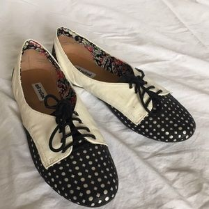 Polka dotted mod flat shoes
